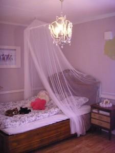 Hjørnet med senga og nattbordet